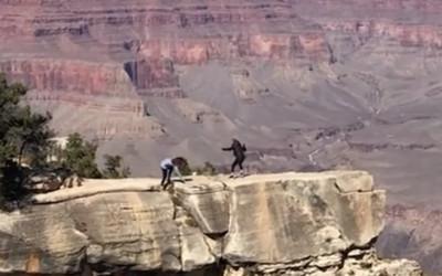 她幫媽拍照腳滑 險摔1600m大峽谷