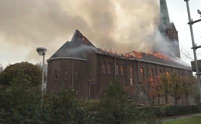 大火再吞古蹟 荷蘭百年教堂崩塌