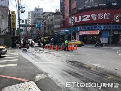板橋地下水管爆管水溢滿路面 32里緊急停水搶修