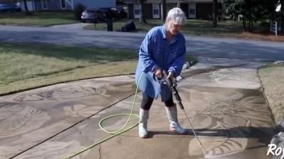 髒地板上畫蝴蝶!生日得到「高壓清洗機」 美婦人用它玩出新高度