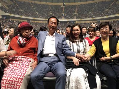 郭台銘攜母親出席費玉清封麥演唱會