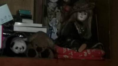 已逝祖母房半夜「窸窸窣窣」!開門驚見慘白陶瓷娃娃 結局竟超溫馨