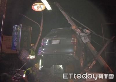 台中男撞斷號誌燈電線桿 警用監視器也遭殃