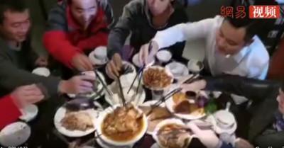 河南喜酒上豬肉「被秒殺」 大叔:半年沒吃啦!