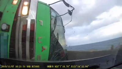 濱海公路貨車翻覆!Lexus「3秒遭撞」