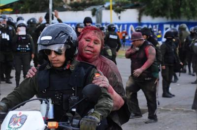 玻利維亞市長被示威者剪髮、潑紅漆