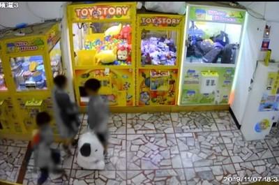 3童鑽娃娃機偷走史努比娃娃「大人也在」