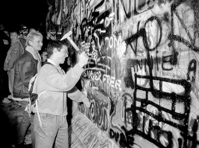 專家:30年前推垮柏林圍牆始於外圍