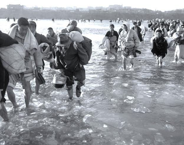 ▲▼因解放軍介入,不得不橫跨大同江避難的民眾(圖/翻攝自維基百科)