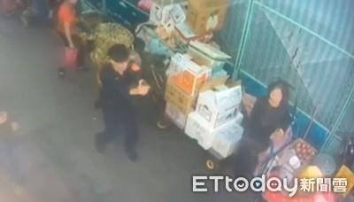 永和最凶狠攤販!他揮砍鐮刀+柺杖攻擊 警方帶傷壓制
