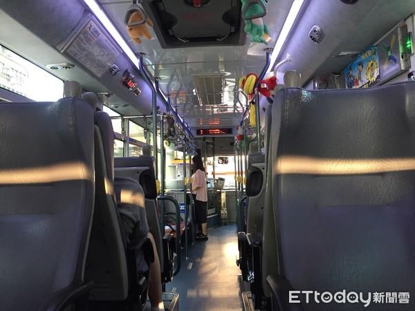 肉麻輕撫女友頭!公車猛烈一煞「鏘~」情侶丟臉衝下車 他看傻:司機笑最大聲