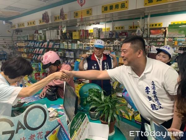 李武龍台南麻豆菜市場掃街 鄉親大讚親民