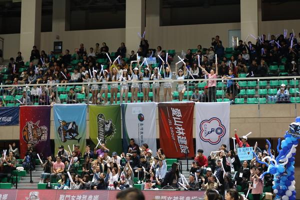 企排/臺北鯨華主題日和球迷互動 四分衛樂團主唱獻唱同樂