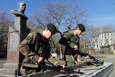 俄百名學生組裝步槍緬懷AK-47之父