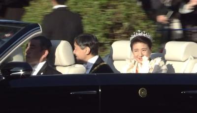 即位遊行登場 皇后雅子微笑哭了