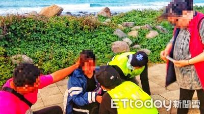 女吞藥雙腳浸泡海水中 警即刻救援