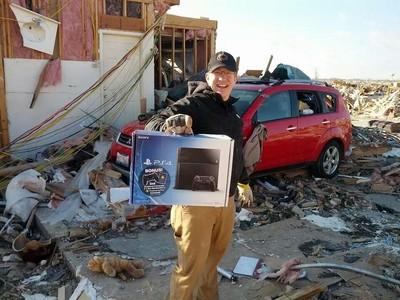 家被龍捲風毀了,還好PS4沒事(開心)