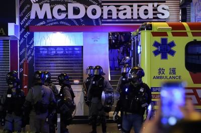 拒防暴警入內遭三度警告 沙咀道麥當勞經理被捕