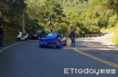 北宜公路跑車過彎撞山壁 輪胎鎖死停路中