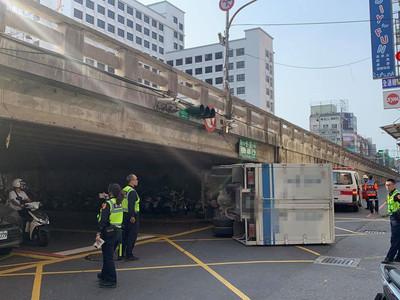 大貨車未注意限高自撞橋墩翻車