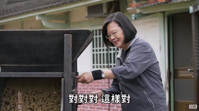 蔡英文操作風鼓車、大啖仙草米苔目
