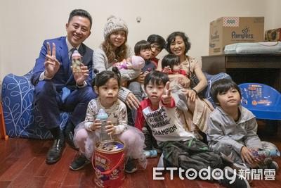 年輕夫妻7年生6胎 竹市長親臨頒獎