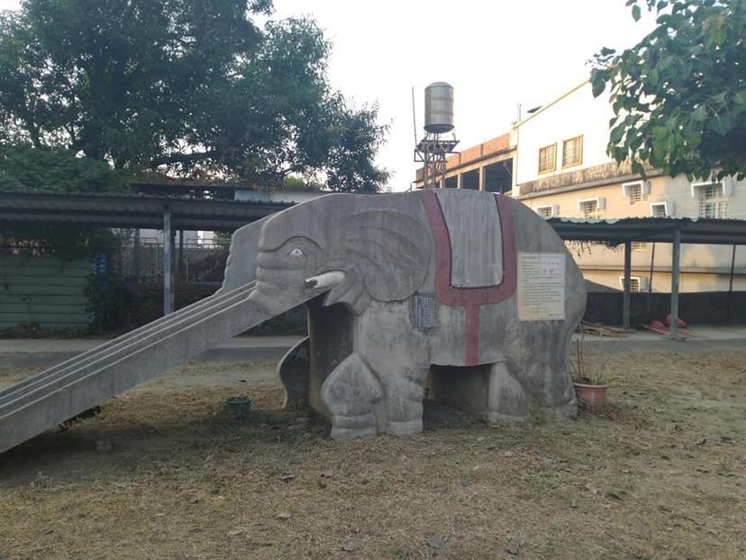 會走路的大象溜滑梯  肚子底下有校長的屍體