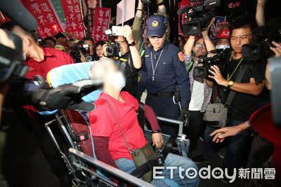 衝突升溫!紅衣退警攀上拒馬、抗議民眾情緒激動暈倒送醫
