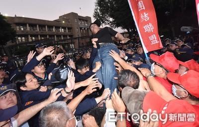 數百退警攀拒馬揚言攻佔行政院 政院:尊重意見表達