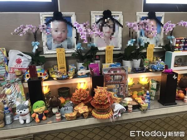 ▲《ETtoday新聞雲》9日前往母子3人小靈位,只有奶瓶、奶粉罐;12日已多了熱心民眾弔祭的娃娃、玩具。
