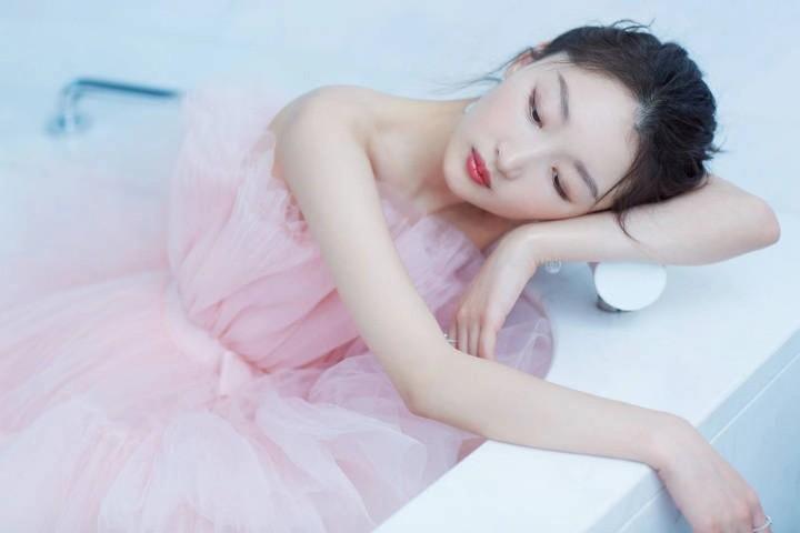 """Angelababy杨颖、周冬雨""""撞蓬裙""""风格差超多网一面倒:她完胜"""