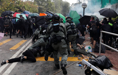 港警攻入中大校園 學生丟磚反擊遭壓制
