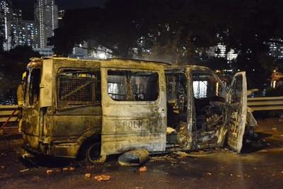 港警衝鋒車遭示威者包圍、放火焚燒