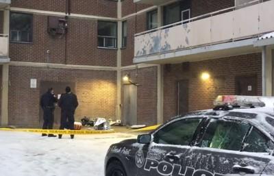 冷氣從8樓掉落 砸中嬰兒車內童