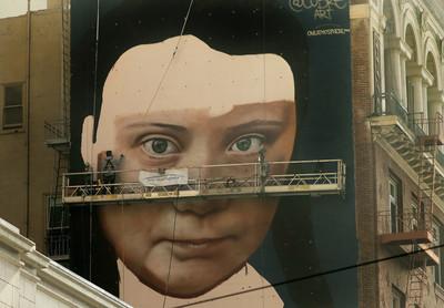 盯著你看!環保少女6層樓高壁畫像揭幕