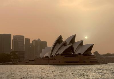 野火擴散 雪梨歌劇院消失煙霾中