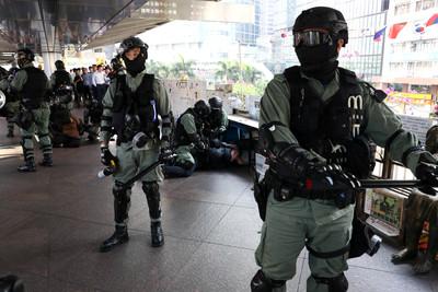 香港24日區選加強保安! 每站2名全副防暴裝警員