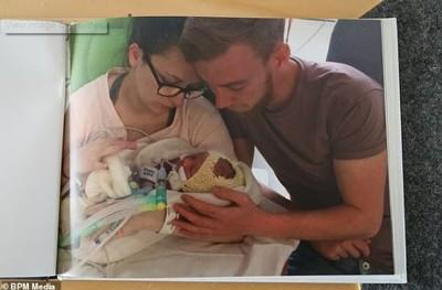 初生男嬰拔管前父母抱起奇蹟甦醒