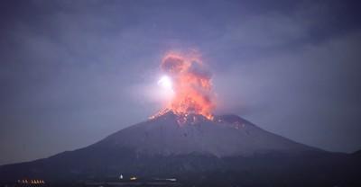 櫻島火山爆發 月夜下一瞬火山雷
