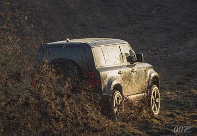 硬漢越野車出演《007》電影!Land Rover新Defender參戰片曝光