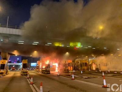 港紅隧收費亭遭火燒 大貨車經過遭丟汽油彈