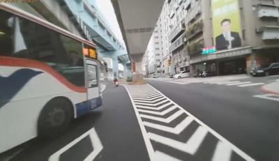 辣妹騎士遇公車跨槽化線橫向鬼切險漏尿