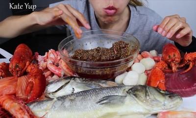 網紅「超野性吃海鮮」竄紅 片中驚見手指敲碗藏求救訊號