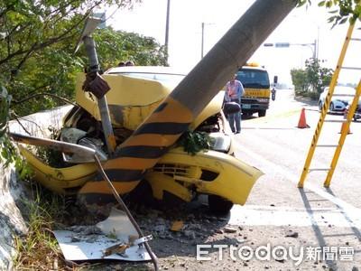 車輛自撞電桿車頭全毀人僅受小傷