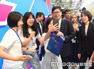 陳其邁盯手機關心中華隊打美國