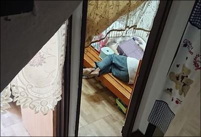 工人擅自闖房間躺床睡 妹子傻眼