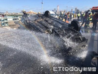 轎車中興橋翻覆燒爛 單親媽車內成焦屍