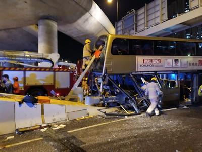 即/巴士九龍灣自撞安全島 車頭爆碎10人受傷