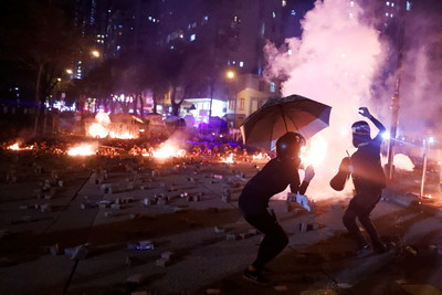 示威者深夜投汽油彈 港警催淚煙驅趕