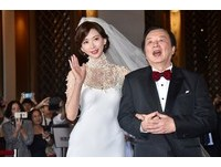 林志玲珍珠領嫁衣配超長頭紗 浪漫典雅勾爸爸奔儀式會場